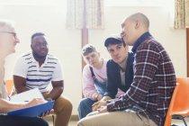 Уважний чоловіків, говорити і слухати в групової терапії — стокове фото