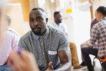 Homens conversando e ouvindo em terapia de grupo — Fotografia de Stock