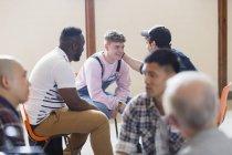 Homens conversando, confortando na terapia de grupo — Fotografia de Stock