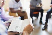 Uomini leggere e discutere la Bibbia nel gruppo di preghiera — Foto stock