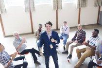 Uomini che applaudono per altoparlante in terapia di gruppo — Foto stock