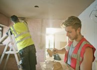 Будівельні робітники штукатурна в будинку — стокове фото