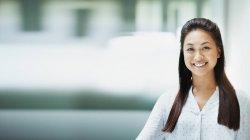 Портрет улыбается, уверенная деловая женщина — стоковое фото