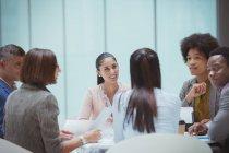 Uomini d'affari che parlano in sala conferenze — Foto stock