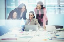Бизнесвумен, использующих ноутбук в конференц-зале — стоковое фото