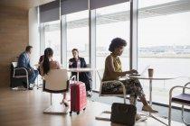 Uomini d'affari che lavorano nella business lounge dell'aeroporto — Foto stock