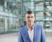 Retrato confiante empresário olhando para a câmera — Fotografia de Stock