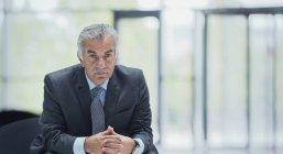 Ritratto sicuro di sé, serio uomo d'affari anziano — Foto stock