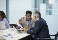 Les hommes d'affaires discutent de la paperasserie dans la salle de conférence — Photo de stock