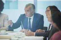 Grave uomo d'affari che parla in sala riunioni — Foto stock