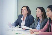 Внимательные деловые женщины слушают в конференц-зале — стоковое фото