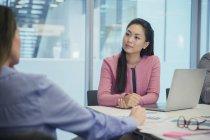Attenta donna d'affari in ascolto in sala conferenze riunione — Foto stock