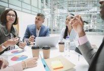 Uomini d'affari che parlano in riunione — Foto stock