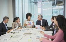 Donna d'affari con grafico a torta leader riunione sala conferenze — Foto stock