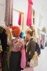 Молоді жінки друзі покупки в магазині одягу — стокове фото