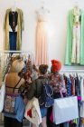 Молодые женщины покупают одежду в магазине — стоковое фото