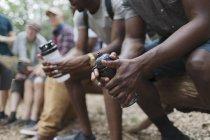 Крупним планом чоловіки туристи відпочивав з пляшки з водою — стокове фото