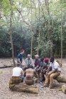 Grupo de homens com mapa planejando caminhada na floresta — Fotografia de Stock