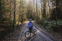 Портрет уверенный человек горный велосипед в осенних лесах, Сквомиш, Британская Колумбия, Канада — стоковое фото
