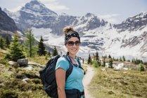 Ritratto fiduciosa escursionista femminile su soleggiato, idilliaco sentiero di montagna, Yoho Park, Columbia Britannica, Canada — Foto stock