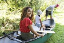 Portrait fille souriante en canot — Photo de stock