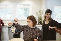 Cuisson familiale dans la cuisine — Photo de stock