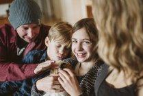Retrato feliz família acariciando cobaia — Fotografia de Stock
