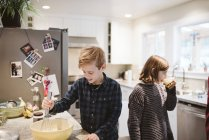 Brother and sister baking in kitchen — Stock Photo