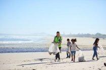Bambini volontari ripuliscono i rifiuti della spiaggia — Foto stock