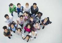 Portrait confiant étudiants du premier cycle du secondaire et les enseignants d'en haut — Photo de stock