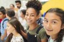 Портрет счастливая, уверенная в себе младшая студентка — стоковое фото