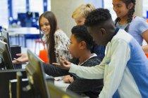 Молодші старшокласники користуються комп