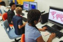Étudiants du secondaire moyen utilisant des ordinateurs dans un laboratoire informatique — Photo de stock