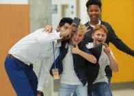 Ученики средней школы и учитель делают селфи со смартфоном — стоковое фото