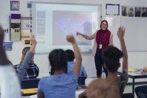 Вчителька в хіджабі провідний урок на проекційний екран у класі — стокове фото