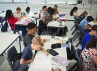 Étudiants de lycée de junior étudiant dans la salle de classe — Photo de stock