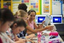 Старшеклассники используют цифровой планшет в классе — стоковое фото