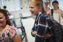 Счастливые, смеющиеся школьники в классе — стоковое фото