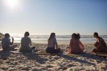 Занятия йогой на солнечном пляже во время йоги — стоковое фото
