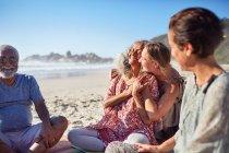 Femmes heureuses embrassant sur la plage ensoleillée pendant la retraite de yoga — Photo de stock