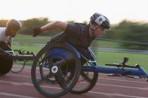 Визначена молода жінка, що страждає від спортсменки перевищення швидкості спорту в інвалідному візку гонки — стокове фото