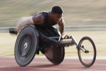 Визначено молодий чоловік, який страждає на парапланіческой спортсмена за перевищення спортивного треку в гонці інвалідному візку — стокове фото