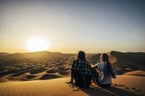 Пара наслаждается солнечным живописным видом на отдаленную песчаную пустыню, Сахара, Марокко — стоковое фото