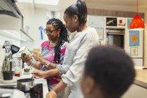 Cuisine familiale multi-génération en cuisine — Photo de stock