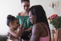 Pares da lésbica que jogam com filha — Fotografia de Stock