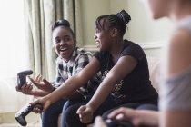 Tra ragazza amici giocare video gioco — Foto stock