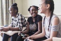 Despreocupado tween menina amigos jogar jogo de vídeo — Fotografia de Stock