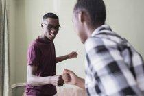 Братья-подростки делают тайное рукопожатие — стоковое фото
