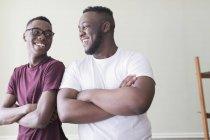 Ritratto fiducioso fratelli adolescenti con le braccia incrociate — Foto stock
