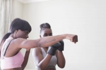Mère enseignant la boxe fille — Photo de stock